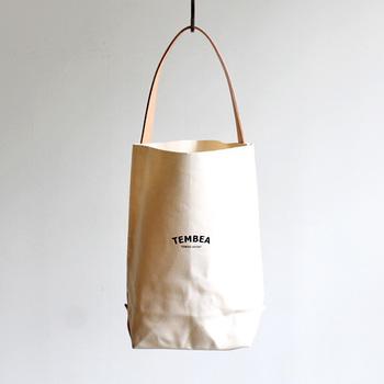 バゲットトートのロゴシリーズは、切りっぱなしのキャンバス地とレザーの持ち手が特徴的なデザインです。 使い始めはぱりっとして硬い生地ですが、使い込むほど体に寄り添うように柔らかくなります。その人ならではの味わいを増していけるのがTEMBEA(テンベア)のトートの特徴です。