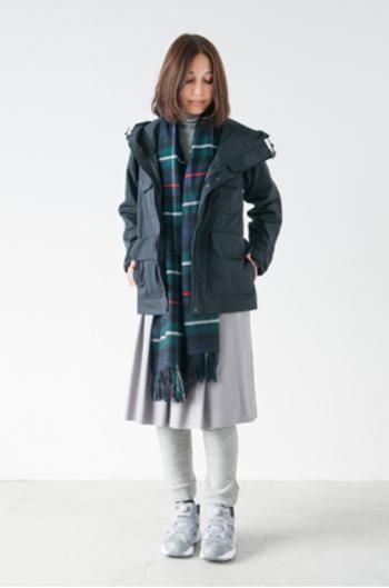 ショート丈で動きやすいマウンテンパーカーはスカートも似合います。足元はライトグレー、スニーカーをプラスして明るく春らしいコーデに。