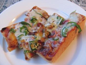 【洋食屋さん風の厚切りピザトースト】  手軽にピザを味わうならピザトーストがおすすめ。簡単に作れてお腹も満足の一品です。