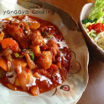 【ホールトマトで煮込むだけ♬チキンカチャトラ】  手羽元と野菜をホールトマトで煮込むだけの簡単で栄養たっぷりのおかず。ご飯が進むこと間違いなしです!