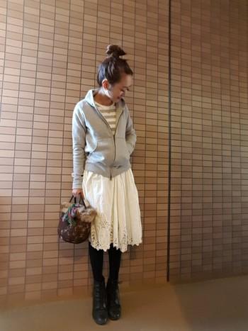 まだ寒い日は足元をタイツで防寒しても、白レースのスカートをチョイスすると明るくなりますよ。
