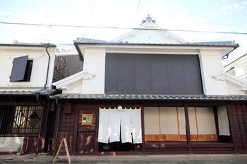 白いのれんが風情を感じる店構えの「うなぎの寝床」。農産物や伝統工芸などのものづくりで有名な、福岡県の筑後地域にあるアンテナショップです。