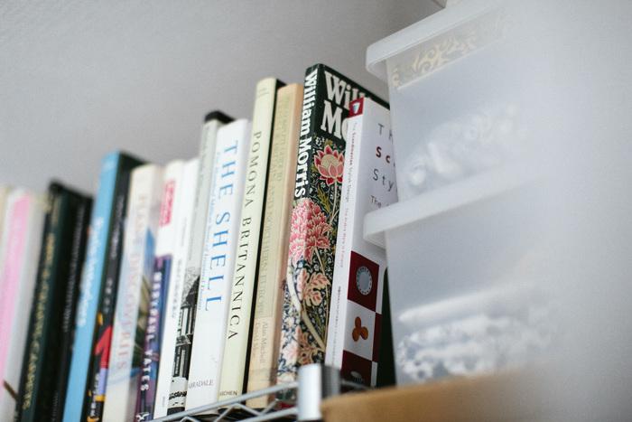 本棚の中にも「ウィリアム・モリス」のデザイン集が