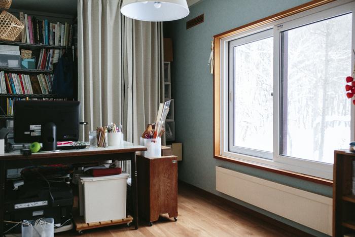 ご自宅の一室にある岡さんのアトリエ。部屋に入ってすぐに、テーブル傍の大きな窓に目がいきます