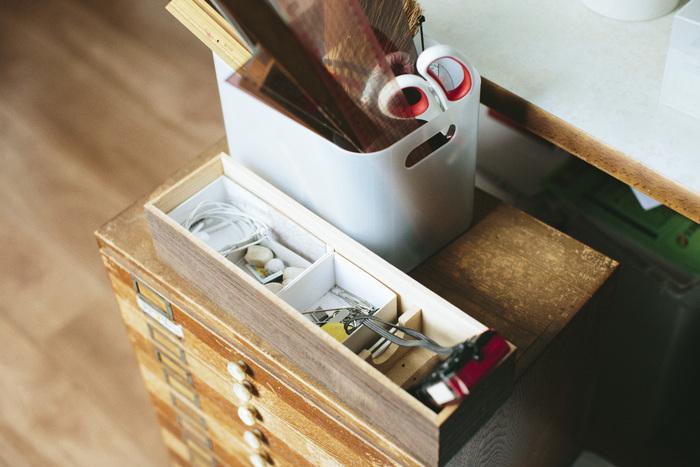 机の横にちょこん、と寄りそう引き出しと、よく使い込まれた道具たち。どちらも味があります