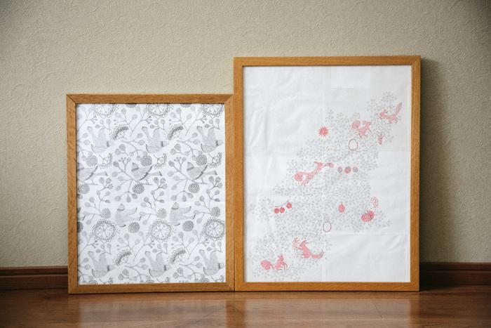 「北の模様帖・bird garden」(左)と、「QUARTER REPORT・Risu no Shigusa」(右)の原画。何枚も紙を切り貼りして作られていることがわかります