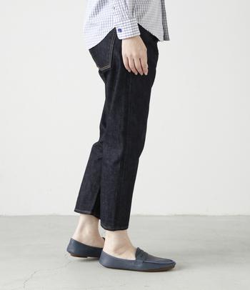 飾らないシンプルなデザインで、履く人の魅力を引き出してくれます。大人のカジュアルスタイルにピッタリな1本!