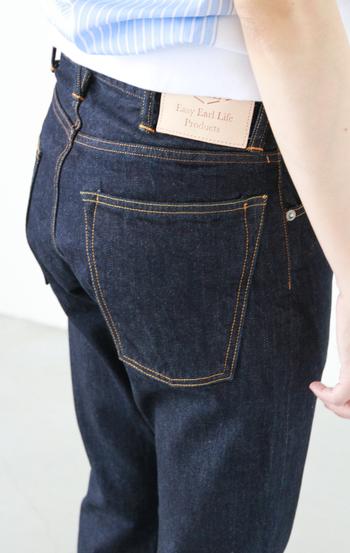 バックポケットは縦長のデザインで、ヒップが小さく見える効果も♪また「EEL」のロゴが入ったレザーラベルやヴィンテージ風の金具など、細部にまでこだわりが感じられます。