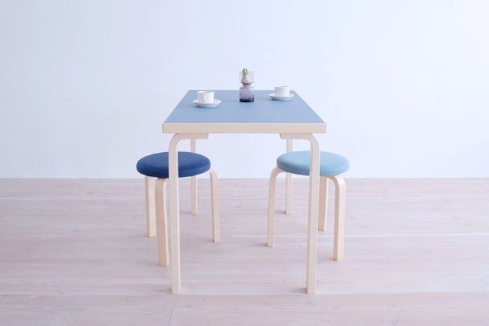 フィンランドを代表する建築家Alvar Aalto(アルヴァ・アアルト)がデザインしたテーブルは、アアルト特有の曲げ木の手法が使われたベーシックなデザインに、発色の美しい北欧カラーの天板を乗せたシンプルモダンなデザインが魅力。 時間が経つほどに脚も天板もいい色になり、ヴィンテージとしての価値も高まります。20年後、30年後が楽しみになる家具です。