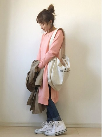 淡いピンクのワンピースにデニムパンツを重ね着。春は素足を出してワンピースのまま着ても素敵です。