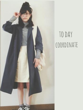 薄手のタートルTなら上にスプリングコートを羽織っても軽い印象になりますね。ネイビーと白で色を絞ってすっきり見せます。