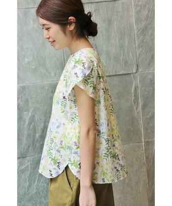 シンプルさを崩さない大人の花柄を。フラワーモチーフのファッションコーデ