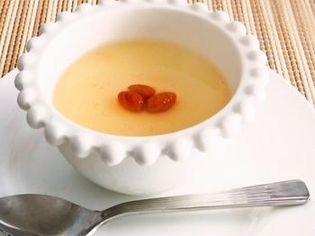 生クリームを使うことでもっちりコクのでる杏仁豆腐。でもカロリーが気になる…そんな方は生クリームよりも脂肪分が少ないけれどしっかりコクのでる、エバミルク(無糖練乳)を代用するのはいかがでしょうか?ダイエット中の方におすすめのレシピです♪