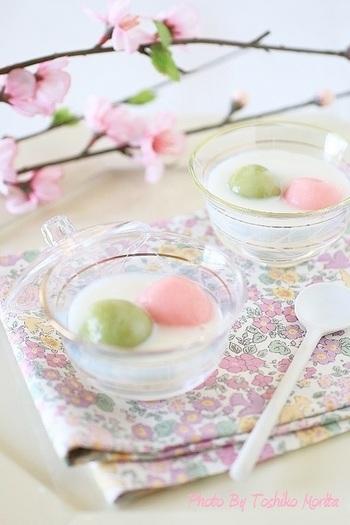 桃の節句につくりたい、ひなまつりのデザート♪杏仁豆腐のやわらかな甘さと風味をおしるこに仕立てて、お雛様とお内裏様を桃色とよもぎ色の白玉で表現。こんな素敵なデザートがでてきたら、お子さんもママ友も大喜びですね!