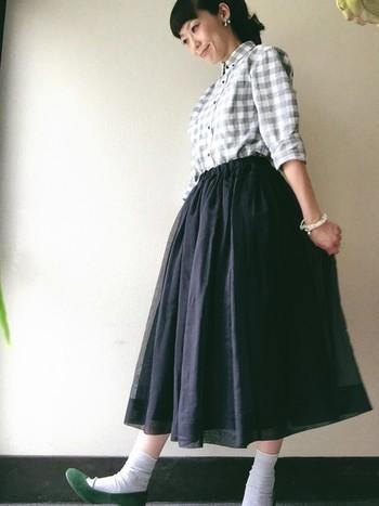 ふわりとしたシルエットのスカートと合わせればメンズのシャツもこんなに可愛く着こなすことができます。