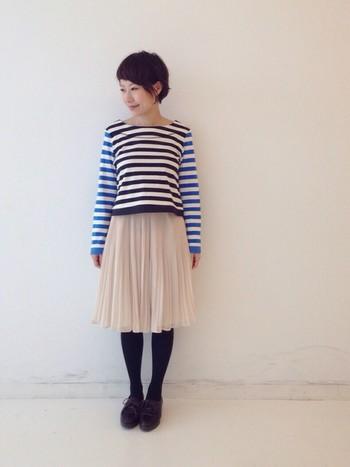 フェミニンで軽やかなプリーツスカートはとても春らしいアイテム。ブルー×ブラックの2色使いがクールなボーターを合わせてスタイリッシュに。