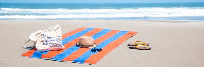 大判のビーチタオルはちょっと派手なストライプがリゾート気分を盛り上げてくれそう。セットのトートバッグもオシャレです。