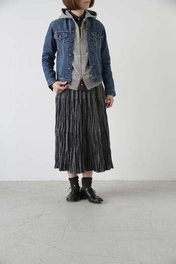 デニムジャケットやトレンチコートを重ねても着膨れしません。季節の変わり目や、防寒対策にもおすすめですよ。 スカートと合わせて、ちょっぴりレディな着こなしも◎。
