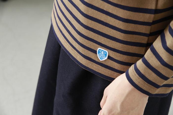 袖のラインも、ほんの少し短め。動きやすく使いやすい、バスクシャツらしいデザインです。