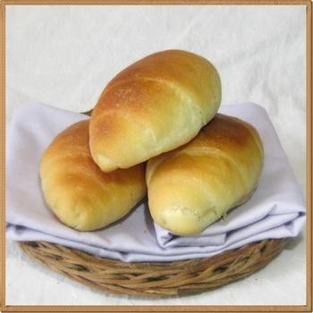 こねないで作る、クリームチーズ入りロールパン。生地をポリ袋に入れて、冷蔵庫の野菜室に一晩おきます。その後の手順は基本のものとほぼ同じですが、平らにのばした生地をくるくる巻いて成形。180℃に予熱したオーブンで15分焼きます。