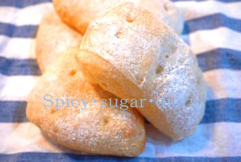 """イタリアのテーブルパン""""チャバタ""""をこねない方法で。この方は、菜箸で粉っぽさがなくなる程度に混ぜるだけだとか。ラップをかけて冷蔵庫で一晩寝かします。材料は、粉、塩、砂糖、ドライイーストのみ。"""