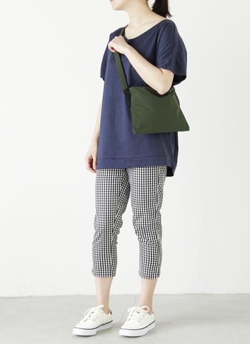 薄型でカラダにフィットするデザインのショルダーバッグ。マチもなく、シンプルなつくりでとっても軽いのが特徴です。