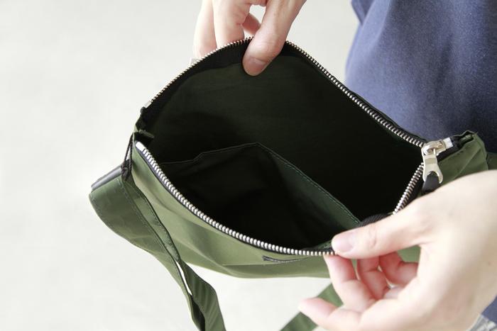 携帯電話やお財布など、必要なものはちゃんと収納できる程よいサイズ感。内側にはファスナー付きポケットもあって使いやすさ◎