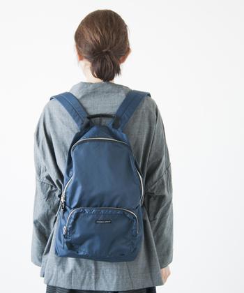 たっぷりのマチや肩に入ったウレタンパッドなどの機能性はそのままに、普段使いはもちろん、サブバッグとして旅行の荷物に忍ばせておくと便利ですよ。