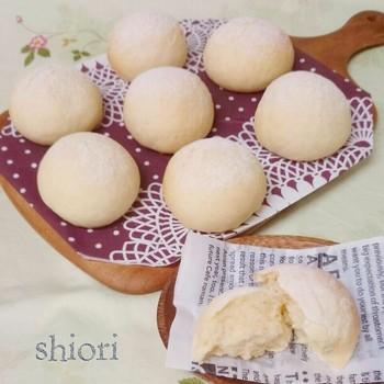 こちらは、こねない白パン。しかも、レンジで発酵させています。時間をかけずに、ふわふわの白パンができあがります。