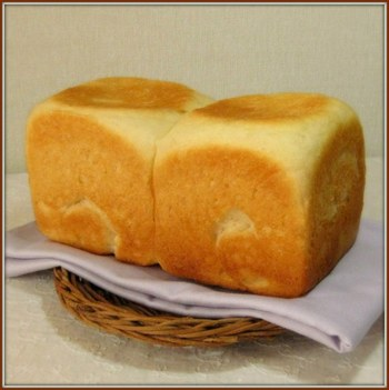 少量のイーストと長時間冷蔵発酵で、小麦粉の風味を引き出しています。もっちり食感が楽しめるおいしいパンです。