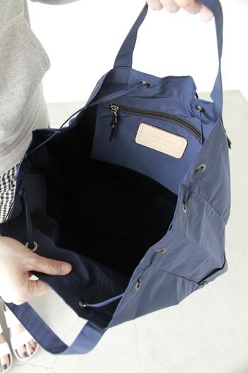 大きく開く間口で荷物の出し入れもしやすく、小物を入れられる内ポケットもちゃんと付いています。