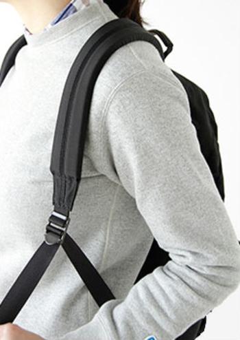 肩部分には10mm厚のウレタンパッドを入れ、重い荷物を持っても負担をかけにくいようになっています。簡単に調節できるベルトで自分の背負いやすい位置をキープ。