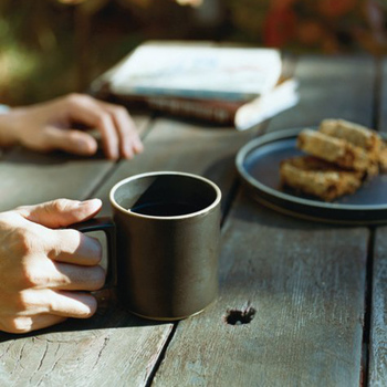 食卓はもちろん、仕事をしながらのデスクの上にも、屋外でもマッチするシンプルなマグカップです。