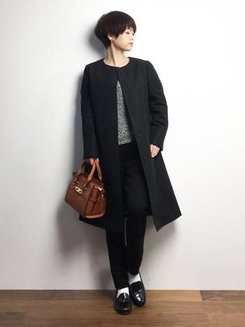 ロングのノーカラーコートを羽織って。エナメル靴に白のソックス、マニッシュ度高めなパンツスタイルもレディーな印象に。カバンがアクセントになっています。