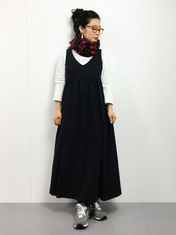 黒いワンピースは、リネンに限らず一年中着回しの利く優れもの。冬ならやっぱりタートルネックや厚手のインナーと併せたい。黒は、どんなカラーとも相性がいいので、中に着るものの色によってガラリと雰囲気が変わるのもいいですね。裾の広がるシルエットのワンピースは、写真のコーディネートのようにマフラーや帽子など、上の方にボリュームのあるアイテムを投入するとバランスがよくなります。