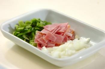 ①ベーコンや野菜などお好みの具材を細かくカットします。