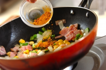 ②熱したフライパンにオリーブ油を少なめにひき、カットした具材をサッと炒め、塩コショウ、カレー粉で味付けをします。