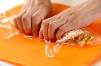 ③ボウルの中で中濃ソースを混ぜて味を整え、ラップで包んでスティック状に成型。