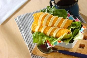 ウィンナーをパンの代わりにご飯でくるんだホットドック風のスティックおにぎり。さらに薄焼き卵で包んで「オムドッグ」に仕上げます。お子様のお弁当にもおすすめの一品!