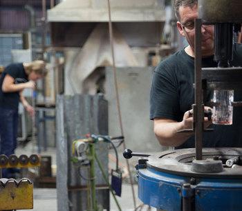 2004年にはその限定販売も終了し、25年間という長きに渡って生産が続けられていたフローラシリーズは、その後入手困難な状態が続いていました。 そして2014年、ヌータヤルヴィガラス工場の閉鎖が決定。 しかしその一方、嬉しいニュースが飛び込んできました。