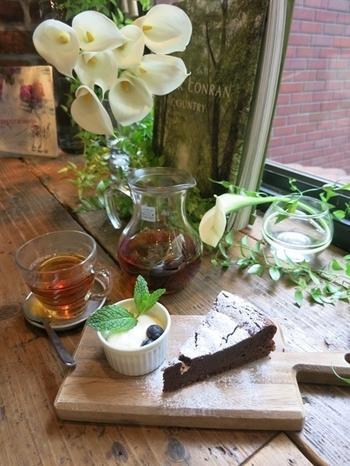 穏やかに楽しめるカフェです。お花を眺めながらのお食事は会話も弾みそうですね。