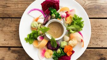 色とりどりの野菜がきれいに盛り付けられたバーニャカウダはお店のイチオシメニューです。