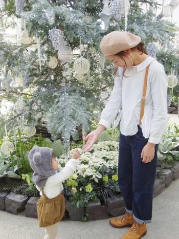 女性らしいかわいい襟付きブラウスには、キャメルのレザーサスペンダーを。眺めのブラウスとベレー帽が女子っぽいかわいいスタイリング♡