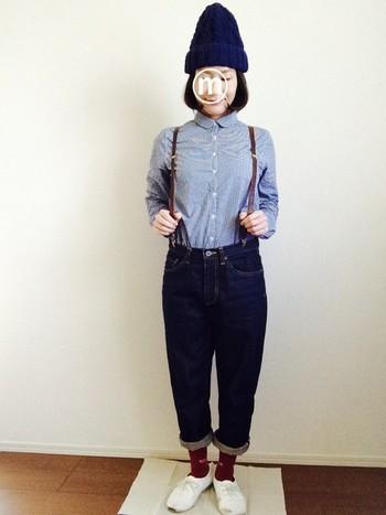 きっちりめのコーディネートにぴったりなのは、ミニマルなシャツと細めのレザーサスペンダー。レトロでメンズライクなカジュアルコーデです!ニット帽やカラー靴下など、かわいいアイテムがアクセントに♡