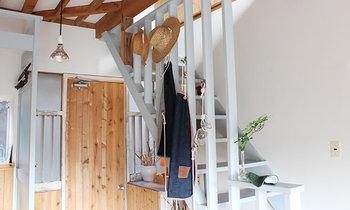 2Fへの階段脇にも、彼らの手がけた素敵なモノたちが飾られています。素材や作りは手作りならではの温かみがあり、どこか素朴な雰囲気も。実用性・機能性にも優れており、飾っていても絵になりますね。