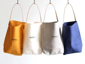 """TEMBEA(テンベア)は、スワヒリ語で""""放浪""""という意味のブランドです。放浪をする時のように、日常に寄り添うバッグという願いがこめられたテンベアのバッグは、入れるものや用途が決められたアイテムが展開されています。日常その用途に使われるバッグたちは、年月を重ねるごとにその形に馴染み、使う人の体にフィットするように。"""