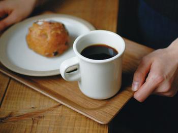 インスタントやコーヒーメーカーで淹れるコーヒーは手軽で便利ですが、忙しかったり心に余裕がないときこそ、ゆっくり時間をかけて作った美味しいコーヒーを飲んで、心を鎮めてみてはいかがでしょう? 今日は、そんなコーヒータイムのお供にぜひ迎えたい、とっておきのアイテムをご紹介します。