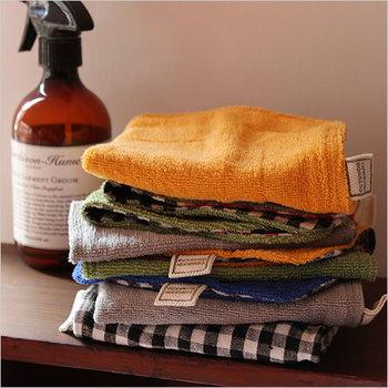 何度も洗いを掛けて、少しいびつな形ですが、吸水性が高く、気取らず使える便利な布巾です。裏布はギンガムチェックなので、カラフルな表地と相まって使っていても楽しい気持ちに♪