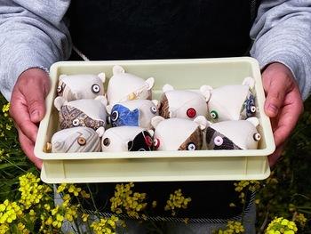 たくさんのネズミ…ではなく、柄も色も可愛らしい「クマ」の針刺し。一つ一つ北田さんが手縫いしているため、非常に時間がかかるんだそう…。中には針通りを良くするため、南伊豆産のゴマが入っています。手縫いと聞くと、より大切に使ってあげたくなりますね♪