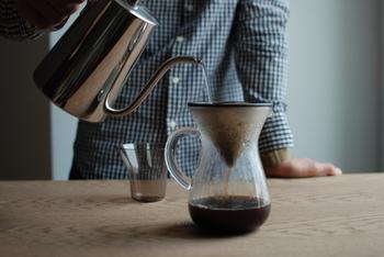 美しく輝くステンレスのフィルターから、やわらかなフォルムのコーヒーカラフェに一滴一滴コーヒーが落ちていくスローな時間。コーヒーの香りをたのしみながらハンドドリップする豊かな時間。「SLOW COFFEE STYLE」には、そんなひとときを演出してくれるアイテムがたくさんそろっています。